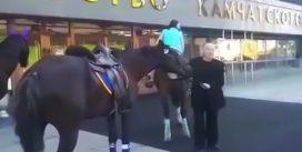 Із-за дорогого бензину депутат пересів на коня